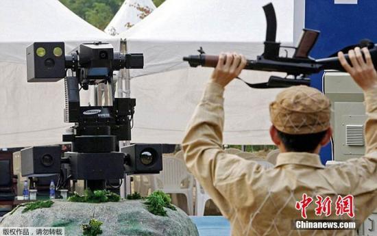 """资料图:2014年9月16日,韩国研发出一种新型机器人并将其安放在""""三八线""""附近,以监视朝鲜的动向。这一项目开始于2006年,每个机器人耗资20万美元,韩国没有透露韩朝交界地区机器人的总数量。"""