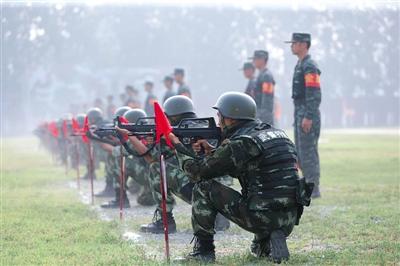 """特战队员正在停止步手枪射击查核。昨天,武警北京总队备战""""两大流动""""安保力气特战分队举办交锋比赛。"""