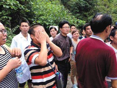 昨天下午4时许,失联者家属首次获准进入塌方现场,一名家属难掩悲恸。新京报记者 韩雪枫 摄