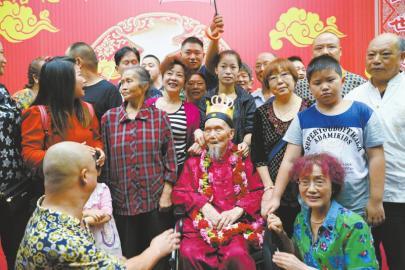 8月27日,成都最年長男壽星唐志淵老人滿115歲,衆人前來祝賀。