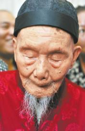 唐志淵雖然眼睛看不見,但耳朵還好使。