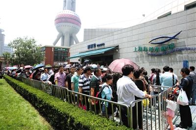 参观上海海洋水族馆的游客排起长龙。今年5月19日,第五个中国旅游日,景区游客挤爆棚。 图/CFP