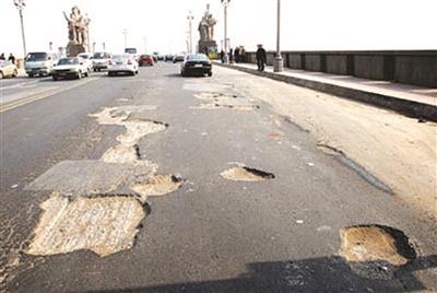 大桥桥面曾坑坑洼洼。资料图片