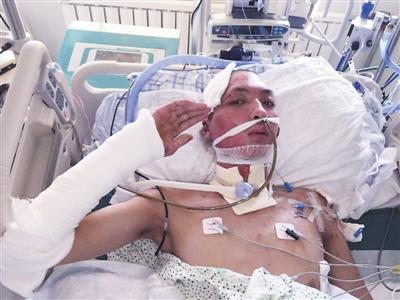 天津爆炸消防员昏迷中被母亲探视流泪 次日苏醒