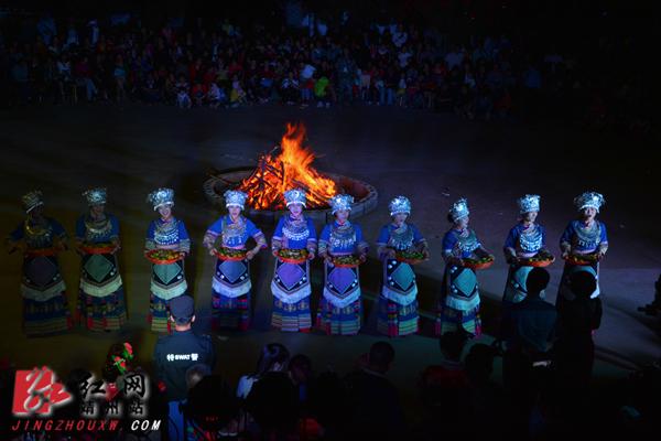 靖州太阳岛举办中秋赏月活动 千人合拢宴乐享美食