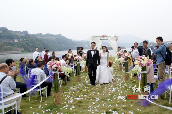 结婚旅游两不误_景区户外婚礼成新宠
