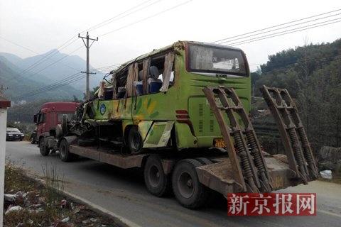 事故大巴被运离现场。当地网友供图