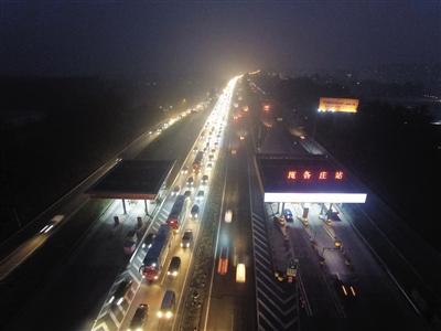昨日下午7时许,京开高速庞各庄收费站进京方向,由于交通事故车行缓慢。拍者 雷胖