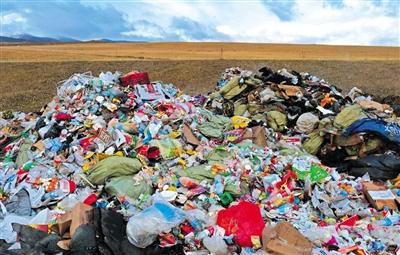 刚察县泉吉乡,距离公路百余米处的大坑,倾倒有大量生活垃圾。