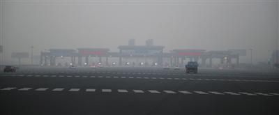 昨日是十一长假最后一天,下午5时许,京港澳高速市界进京方向,路面畅通,收费站没有出现排队现象。新京报记者 卢淑婵 摄