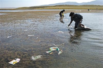 10月5日,民间环保志愿者下水徒手拣拾垃圾。