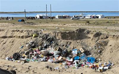 共和县倒淌河镇,紧邻青海湖的一个景点外堆积着生活垃圾。