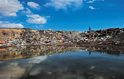 10月6日,青海省共和县石乃亥乡环湖公路西侧,一个约两亩大小的蓄水坑边堆积着大量生活垃圾。北侧不远处就是青海湖。