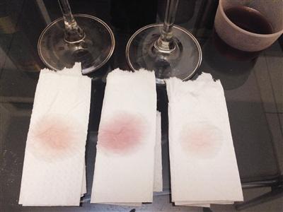 3种红酒滴在餐巾纸上的扩散情况。