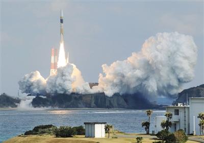 2015年2月1日,日本在种子岛宇宙中心发射一颗情报收集备用卫星。近年来除了加强技术手段搜集情报,日本还注重人力情报收集。图/CFP