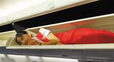 网传多张图片显示有空乘人员躺在行李架上。网络截图