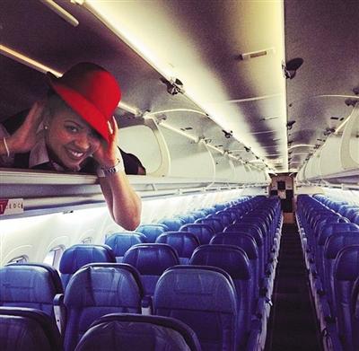 国外有空乘人员躺行李架。网络截图