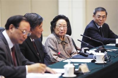 10月8日,祝贺屠呦呦研究员荣获2015年诺贝尔生理学或医学奖座谈会在京举行,屠呦呦在会上发言。 新华社记者 沈伯韩 摄