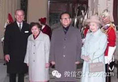 江泽民主席夫妇与英国女王伊丽莎白二世夫妇在白金汉宫合影。