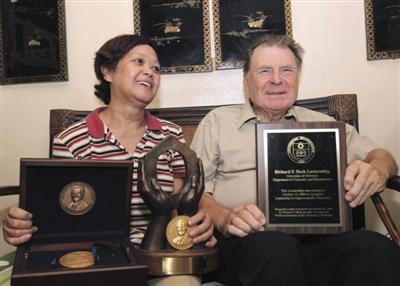 2010年10月,赫克与妻子索科罗在接受采访时,展示所获得过的奖章。