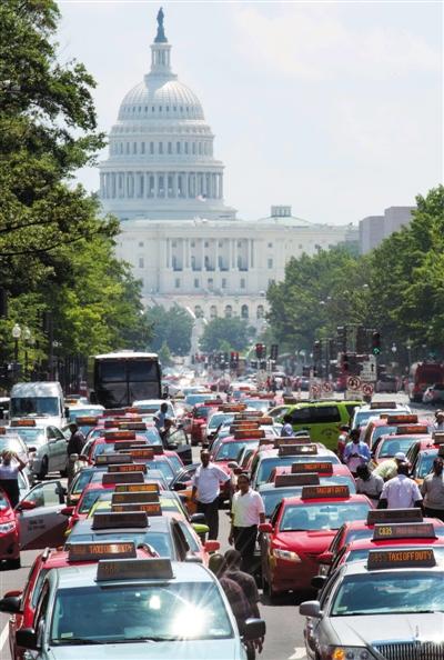 2014年6月25日,美国华盛顿,出租车司机停车鸣笛举行抗议,要求禁用打车软件。图/CFP