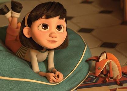 电影《小王子》中的主角小女孩和狐狸玩偶