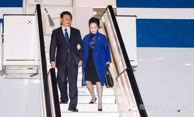 习近平与夫人彭丽媛抵达英国