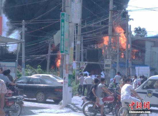 10月18日,广西合浦县白沙镇一泡沫厂因违规电焊引发火灾。大火造成的浓烟似蘑菇云,有数十米高。 周琳 摄