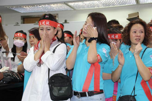 """现场多名陆配声援,不忍女学生遭遇一旁落泪。(图自台湾""""中时电子报"""")"""