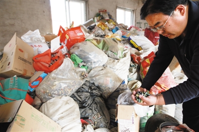 北京市大兴区魏善庄一处废弃的厂房内,存放着王自新多年来收集的300多吨、2000余万节废电池。