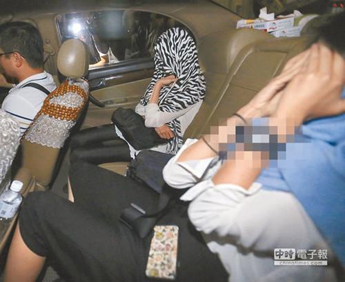 """相关女子到案说明,应讯结束,每个人都迅速搭车离去。(图自台湾""""中时电子报"""")"""