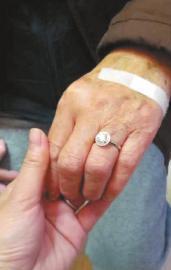 据介绍,这枚戒指是庆祝他们结婚63周年的礼物