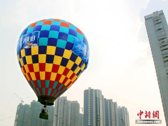 资料图:地产开发商邀请看房者坐热气球俯瞰楼盘。王路宪 摄 图片来源:CNSPHOTO