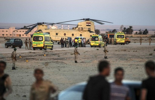当地时间10月31日,埃及军方通过军用直升机运送客机遇难者遗体。