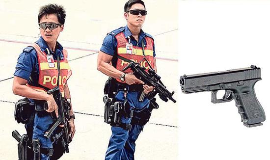 香港机场警署有男警取枪时意外走火,右图为涉事的Glock-17手枪。《明报》   中新网11月2日电 据香港《明报》报道,香港机场警署1日有男警上班取枪时,疑意外走火,在枪房射出1发子弹,幸无人受伤。   报道称,事件中走火的是Glock-17半自动曲尺手枪,香港警队中,水警、机场特警、飞虎队及俗称G4的要员保护组均会使用,但连同此次意外,2010年起机场警区及水警共发生5次Glock-17走火意外,其中曾有警员在擦枪及换枪袋时走火,幸全部无人受伤。   专家:不排除机件老化致走火   报道引述一