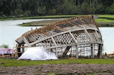 2004年6月10日,电影《无极》在香格里拉拍摄后遗留的垃圾建筑。图/CFP