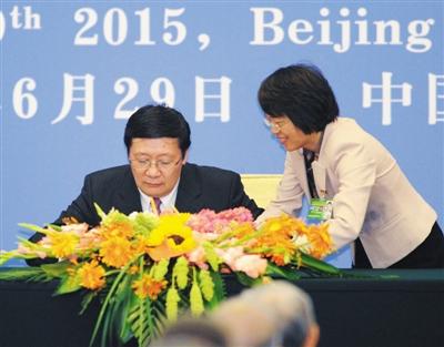 2015年6月29日,亚投行协定签署仪式在北京举行,中国财政部部长楼继伟(左)在签署仪式现场。图/东方IC