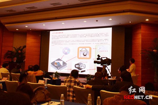 2015长沙集成电路设计与应用创新创业大赛现场。   红网长沙11月13日讯(时刻新闻记者 张珍 杨艳)公共wifi不安全,安全问题成隐患。也许,可以试试另一种处理芯片。   今日上午,在2015长沙集成电路设计与应用创新创业大赛上,长沙闿意电子科技有限公司介绍了他们的路由处理芯片。借鉴数字版权管理技术,结合个人签名、有效签名的方式,结合路由芯片产生随机变化的可变密钥,将需要传输的数据流进行加密处理,使所使用的密钥三重加密。处理完一笔订单出门,你的密码就不同了,因为密钥随机可变。   活动由201