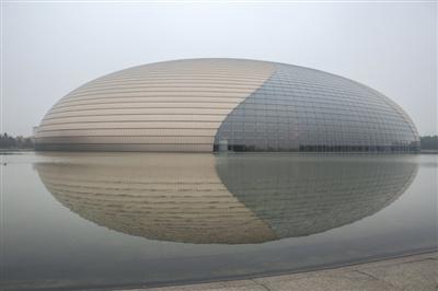 昨日,国家大剧院被雾霾笼罩。北京的雾霾天气已持续一周。图/CFP