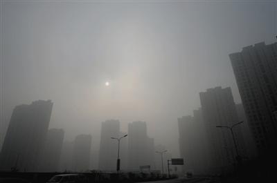 12日,济南,雾霾天气严重,能见度低、扩散条件差,空气质量指数为398,达到了严重污染程度。图/CFP