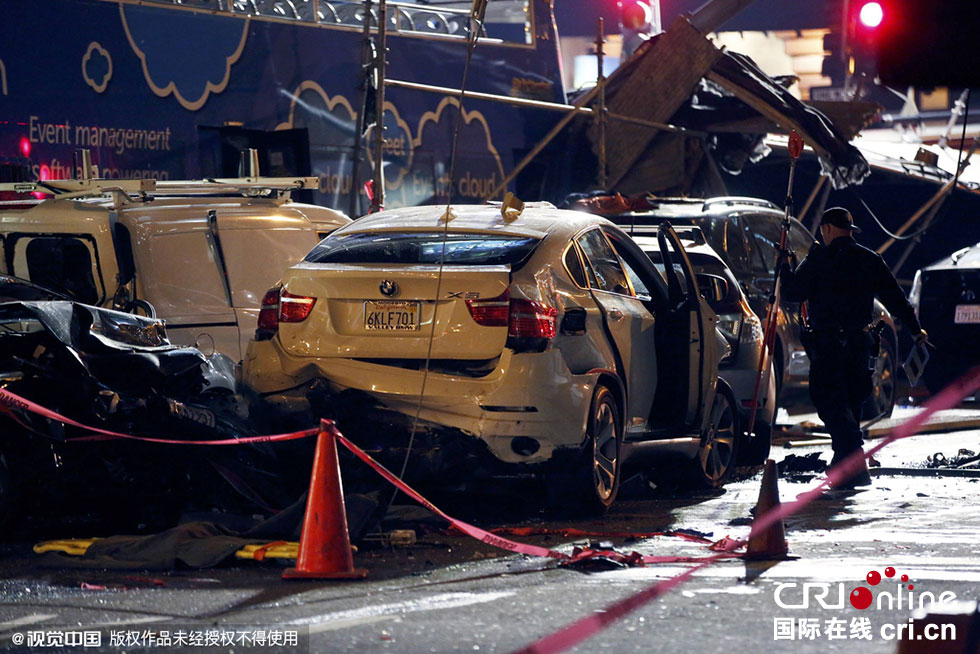 汽车以及建筑脚手架相撞,导致超过20人受伤,其中5人重伤.图高清图片