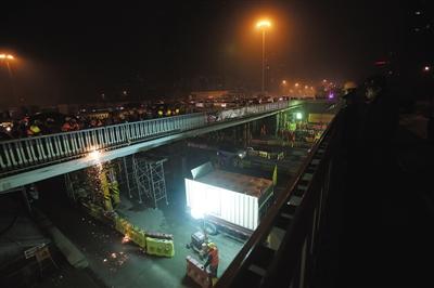 昨晚,三元桥(跨京顺路)旧桥梁正在被分块切割,将由驮梁车运走。 新京报记者 王贵彬 摄