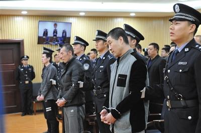 昨日,高玉伦、王大民、李海伟(从右至左)在宣判现场。当日,延寿县暴动越狱案宣判,三被告二死刑一无期。新华社发