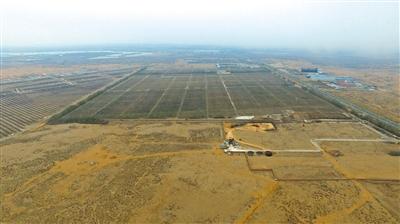 今年10月30日,这个曾经将有毒工业废水直排沙漠的地方,如今,工厂拆除,排污坑消失,并实施绿化,被污染的地下水仍旧在治理中。
