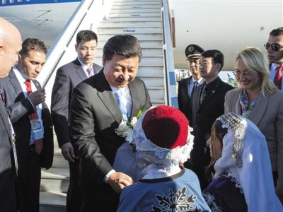 土耳其儿童向习近平献花。昨日,国家主席习近平抵达土耳其安塔利亚,今日将出席二十国集团领导人第十次峰会。新华社记者 李学仁 摄