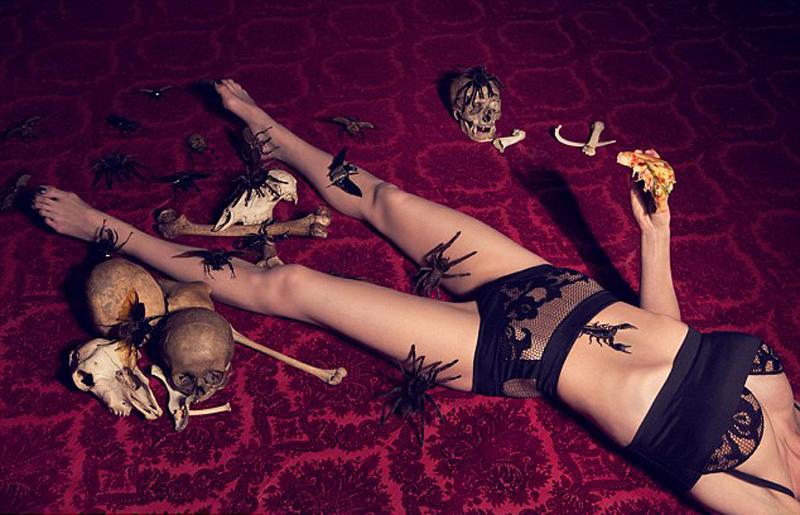 """英女艺术家裸体与动物合影 抗议""""物化女性""""(组图)"""