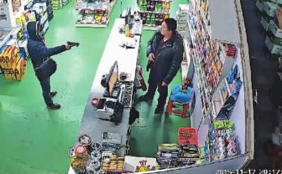 """""""口罩男""""拿""""枪"""",让超市老板李先生拿5000元"""