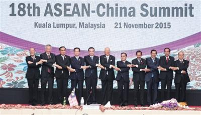 昨日,国务院总理李克强在马来西亚吉隆坡出席第十八次中国-东盟(10+1)领导人会议并发表讲话,与会领导人集体合影。新华社记者 黄敬文 摄