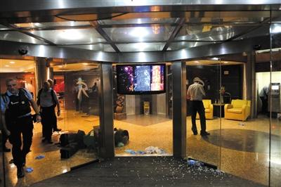 本地时刻11月20日,遭逢装备份子攻击后,马里都城巴马科市核心的丽笙旅店的大堂内可见一地的碎玻璃。图/CFP