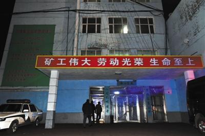 11月21日,几名工作人员进入发生事故矿井所在的大楼。龙煤集团鸡西公司杏花煤矿发生火灾,截至当晚10时已发现21名遇难者遗体。新华社发